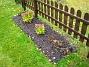 Staket, vänster om grinden. Lägg märke till Iris som växer upp framför Kärleksört. 2005-11-05 IMG_0004