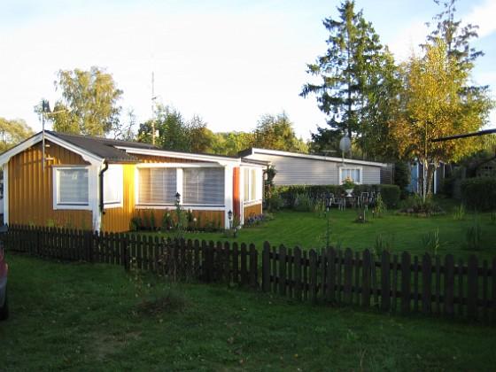 En översiktsbild över huset och tomten, tagen frön sjösidan. 2006-10-14 Bild 010 Granudden Färjestaden Öland