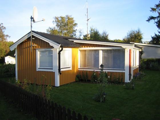 En översiktsbild över huset, tagen frön sjösidan. 2006-10-14 Bild 011 Granudden Färjestaden Öland