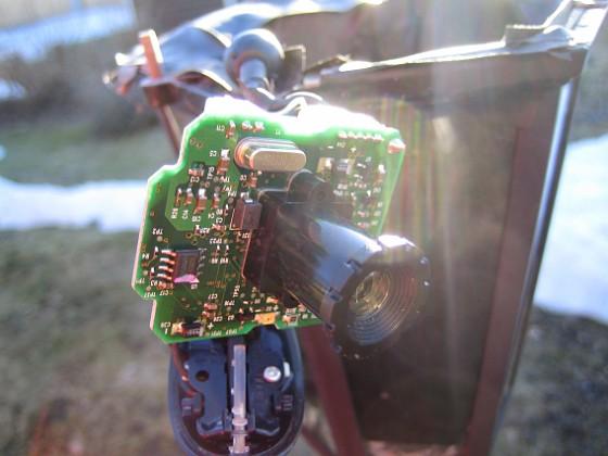 Kamera Den här kameran fungerar inte längre men jag hittar inget synligt fel. Den är heller inte helt lätt att byta. USB-kabeln sitter med en kontakt men jordningen är lödd i kretskortet! 2011-03-26 IMG_0057 Granudden Färjestaden Öland