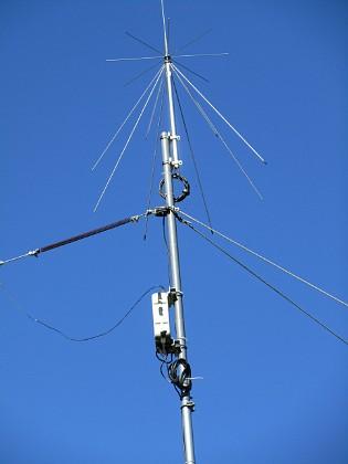 Radioantenn Här ser ni en likadan discone-antenn och avstämningsenhet ICOM AH-4 som är ansluten till min kortvågsantenn (fjädern skymtar till vänster).&nbsp 2015-07-28 Radioantenn_0137 Granudden Färjestaden Öland