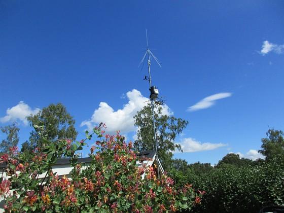 Radiomast Här ser vi min Discone för mina lyssningsmottagare, Väderstation och så förstås en vanlig TV-antenn, numera riktad mot Algutsrum.                               &nbsp 2016-07-10 Radiomast_0012 Granudden Färjestaden Öland