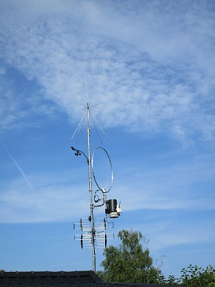 Antennmast Överst sitter en splirrans ny Discone. Väderstationen består av vindsnurran uppe till vänster och den svart/vita burken till höger (regnmätare, temp/daggpunkt, sol, UV). Den runda saken är en loopantenn för MF/HF, Wellbrook ALA1530LNP. Underst sitter en TV-antenn, som är riktad mot Algutsrum.&nbsp 2017-08-08 Antennmast_0036 Granudden Färjestaden Öland