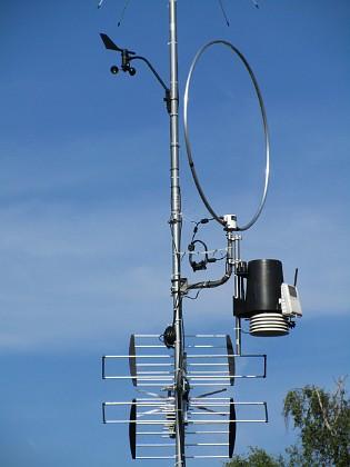 Antennmast Väderstationen består av vindsnurran uppe till vänster och den svart/vita burken till höger (regnmätare, temp/daggpunkt, sol, UV). Den runda saken är en loopantenn för MF/HF, Wellbrook ALA1530LNP. Underst sitter en TV-antenn, som är riktad mot Algutsrum.&nbsp 2017-08-08 Antennmast_0038 Granudden Färjestaden Öland