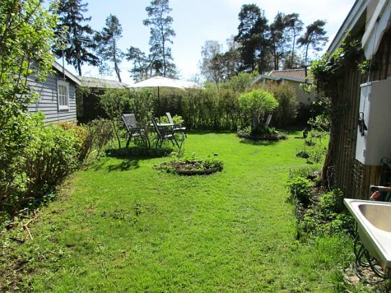 Här fanns tidigare Rabarber och krusbärsbuskar. Men i höstas så jämnade jag dem med marken och sådde gräs istället.                                2018-05-06 IMG_0046 Granudden Färjestaden Öland