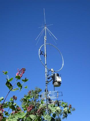 Radiomast Här ser vi en antennmast med en Discone på topp. Här finns även min väderstation (Davis VP pro+) samt en kortvågsantenn. 2018-06-05 Radiomast_0076 Granudden Färjestaden Öland